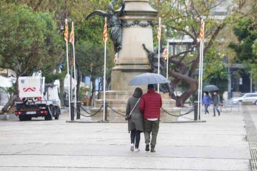 El paseo Vara de Rey, decorado con las banderas ibicencas.