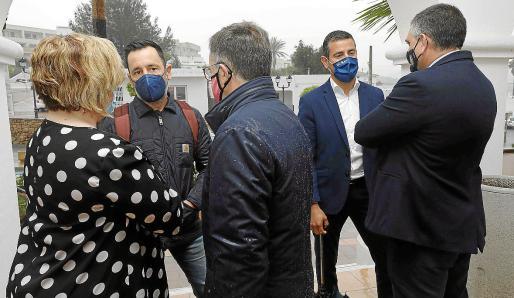 Rafa Ruiz conversa con 'Agustinet' y Pilar Ribas en presencia de Serra y Guerrero, ayer.