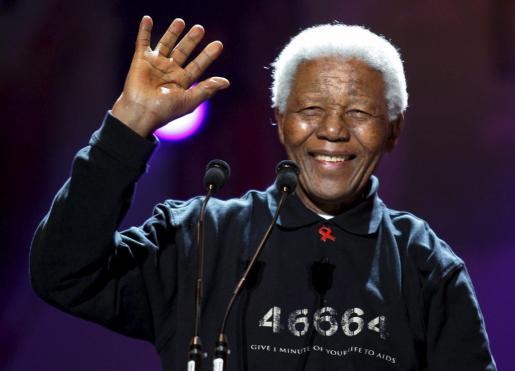 Foto de archivo tomada el 2 de julio de 2005 de Nelson Mandela mientras asiste a un concierto para recaudar fondos para la lucha contra la pobreza en Johannesburgo (Sudáfrica).