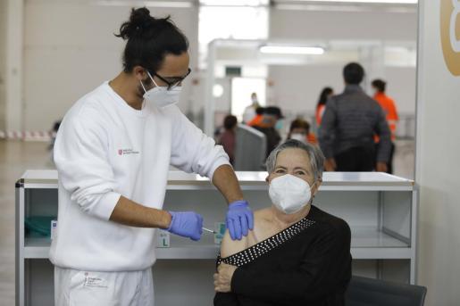 Un momento de la vacunación ayer en el Recinto Ferial.