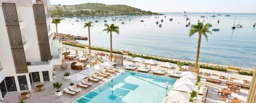 Nobu Hotel Ibiza Bay se encuentra situado en la playa de Talamanca .