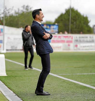 Raúl Casañ, atento a las evoluciones del partido Peña Deportiva-Hospitalet.