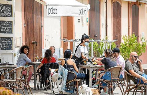 Una terraza en el centro de Ibiza.