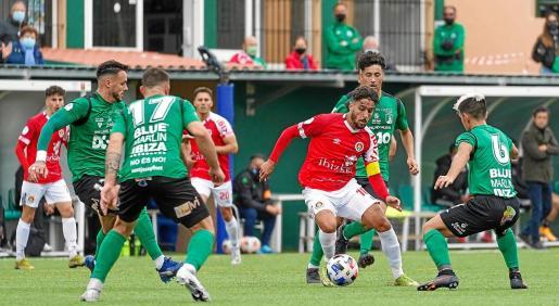 Cristian Terán, presionado por varios jugadores del Sant Jordi.