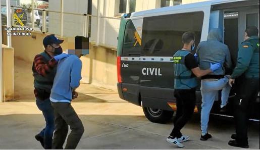 Agentes de la Guardia Civil, durante el traslado de detenidos.