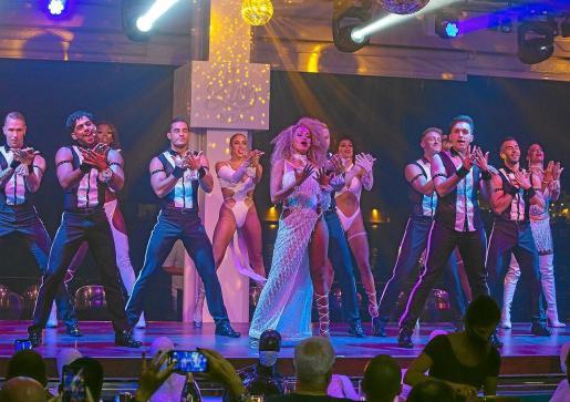 Un instante del espectáculo que ofrecen los bailarines y cantantes en Lío Ibiza.