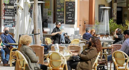 Los bares y restaurantes podrán abrir las terrazas desde este lunes también por las noches, pero el interior de los establecimientos seguirá cerrado por el momento y el Govern no tiene ninguna prisa por acelerar la reapertura de los locales.