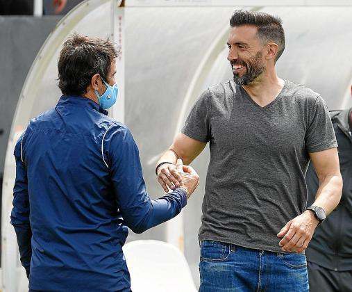 Eder Sarabia se saluda con Juanjo Valencia al acabar el partido.