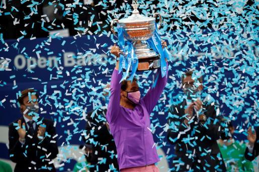 Nadal levanta el trofeo, tras vencer al griego Stéfanos Tsitsipás en la final del Open Banc Sabadell disputada este domingo en el Real Club de Tenis de Barcelona.