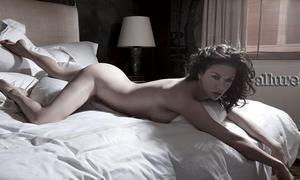 Catherine Zeta Jones ha posado desnuda para la revista Allure.