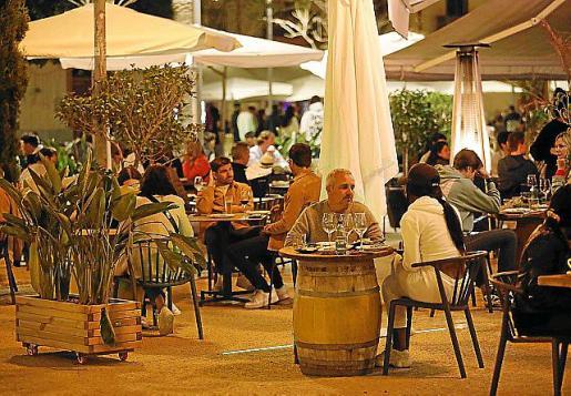 Una terraza en Vila la noche del lunes.