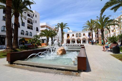 Ayuntamiento de Santa Eulària y paseo de s'Alamera.