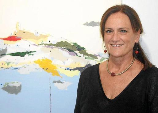 Diana Bustamante junto a uno de sus cuadros que reflejan la costa gallega.