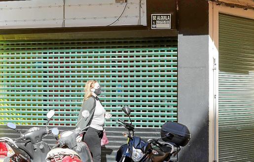 Un comercio cerrado en Vila.