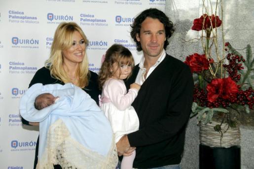 Carolina Cerezuela y Carlos Moyá han presentado hoy a su hijo Carlos, nacido el pasado día 12.