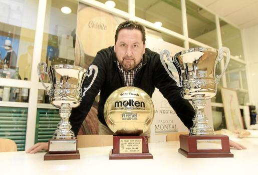 Javier Escandell, presidente del CV Eivissa, posó el pasado mes de febrero con los trofeos más importantes de la historia del club.