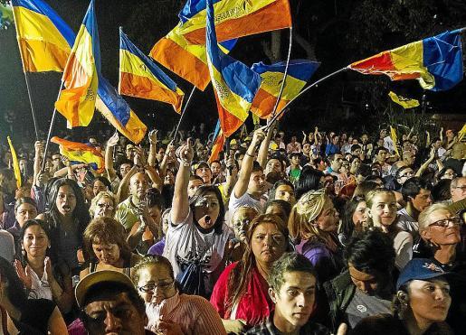 Seguidores del gobernador de Miranda, Capriles, celebran su reelección.