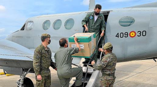Un equipo del Cuartel General de la Comandancia General de Balears traslada 4.000 dosis de Moderna.