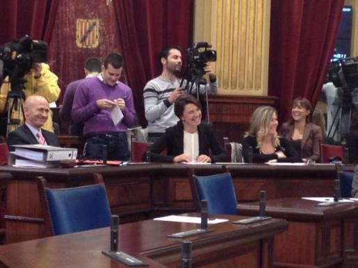 Margalida Durán, junto a Antoni Pastor, muy sonriente en el Parlament.