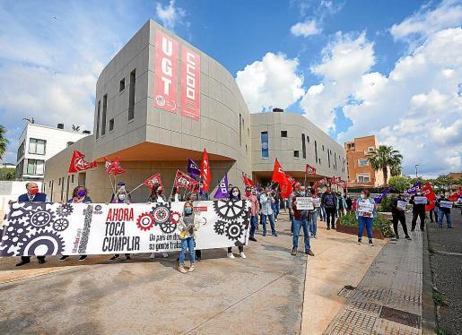 UGT y CCOO se concentraron frente a la sede de ambos sindicatos.