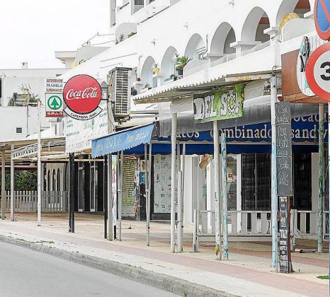 El paisaje urbano de Es Canar se ha convertido en un conjunto de establecimientos vacíos.
