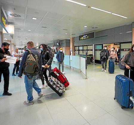 Llegada de turistas, ayer por la mañana en el aeropuerto de Ibiza.