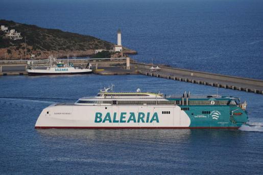 Llegada del Eleanor Roosevelt ayer al puerto de Ibiza.
