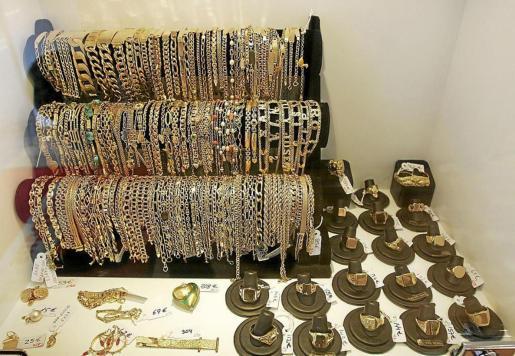 En el Montepío de Palma se empeñan todo tipo de joyas de oro y pedrería. La plata se valora por kilos y, generalmente, se trata de cuberterías enteras. Muchos de los que empeñan sus joyas las recuperan antes de los doce meses.