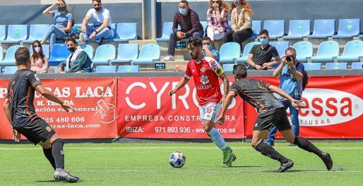 Terán conduce el balón en un lance del partido de este domingo en Can Misses.