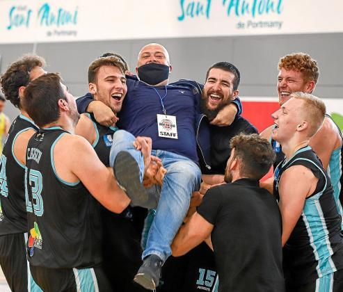 Los jugadores del CB Sant Antoni celebran la victoria de este domingo ante el Castelldefels con Marcos Páez, director general del club.