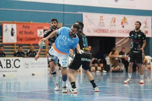 David Sala, desequilibrado por Ortega en una acción del partido de este domingo entre la UD Ibiza HC Eivissa y el Antequera.