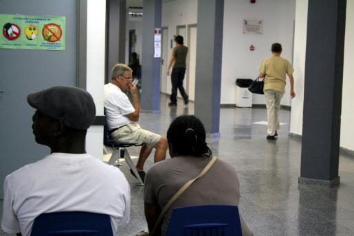 Dos inmigrantes esperan en el centro de salud de Son Gotleu.