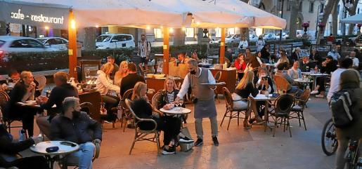 La apertura nocturna de las terrazas en horario reducido comenzó la semana pasada.