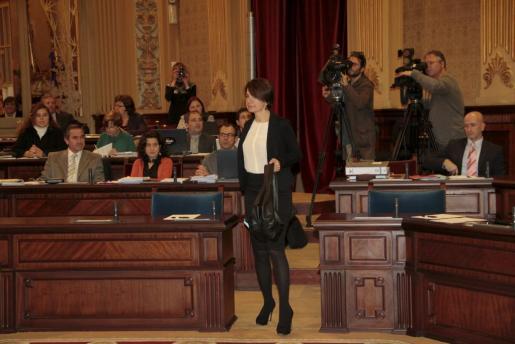 Margalida Durán, tras la votación, dirigiéndose a ocupar la presidencia del Parlament. A la derecha, Antoni Pastor, que le apoyó aunqe ya no está en el PP.