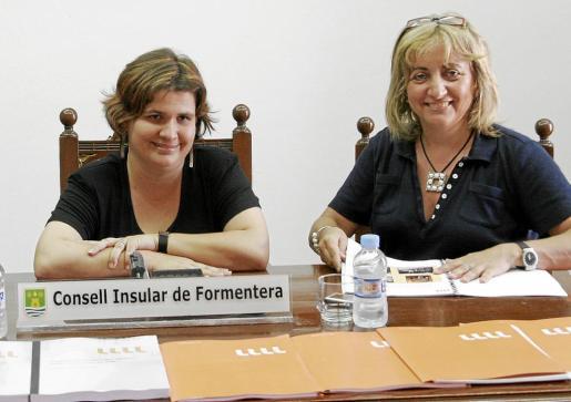 Sònia Cardona y Fanny Tur, en el año 2009 al presentarse en Formentera el balance balear del IRL.