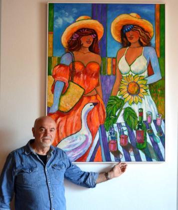 El pintor nacido en Cuenca con una de sus pinturas.