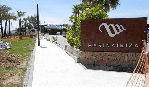 Trabajos de eliminación del muro que separa el Puerto Deportivo Marina Ibiza del Paseo Juan Carlos I.