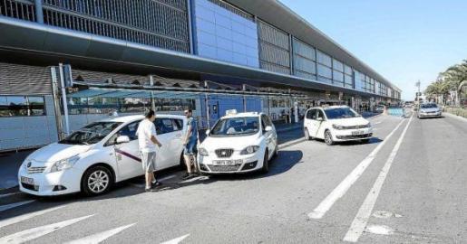 Imagen de archivo de un grupo de taxistas en el aeropuerto de Ibiza.