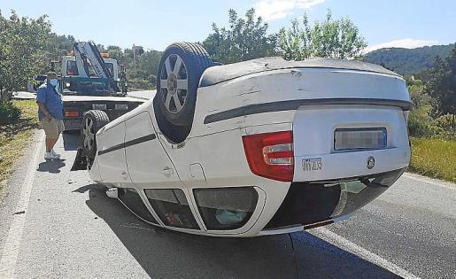 El coche acabó volcado en el acceso a Cala Vedella.