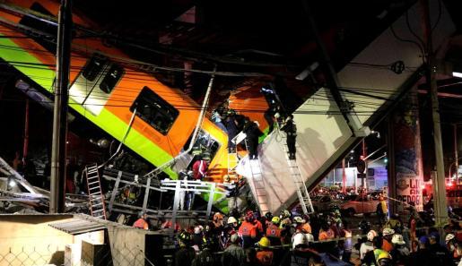 Colapsa un paso elevado del metro de Ciudad de México.