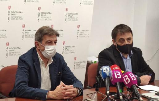 El director de Gestió i Pressupostos, Manuel Palomino, y el presidente del Col·legi Oficial de Farmacèutics de les Illes Balears (COFIB), Antoni Real.