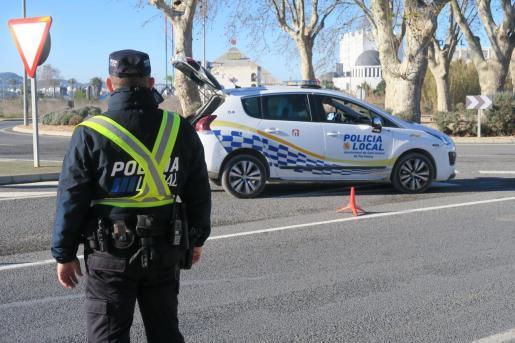Un agente de la Policía Local de Sant Antoni durante un control.