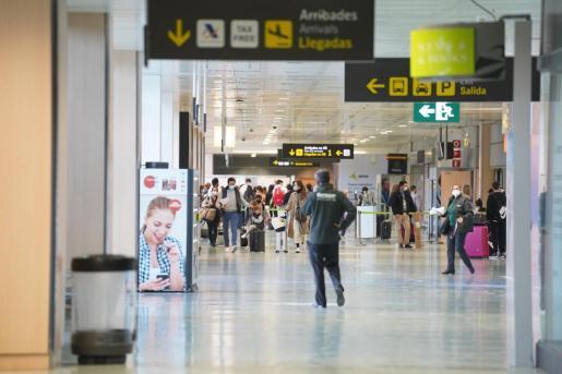 Viajeros en el aeropuerto de Ibiza.