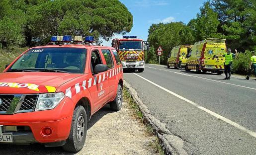 El accidente movilizó a varias patrullas de la Guardia Civil, una dotación de bomberos que se encargó de excarcelar a un herido y dos ambulancias del 061.