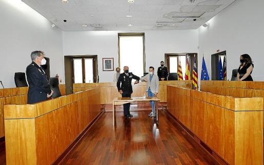 Saludo entre el jefe Superior de la Policía Nacional, Gonzalo Pino, y el alcalde de Vila, Rafa Ruiz.