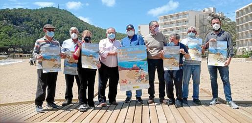 El alcalde, Antoni Marí 'Carraca', hizo entrega este martes de la placa playa sin humos a la Asociación de Vecinos Cala de Sant Vicent.