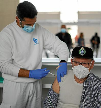 Imagen de una persona recibiendo una vacuna este martes en Ibiza.