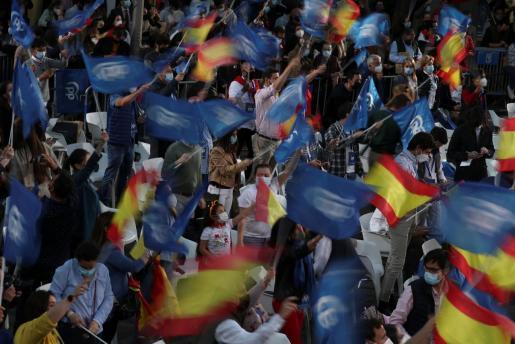 Los afiliados y simpatizantes del PP celebran la victoria.