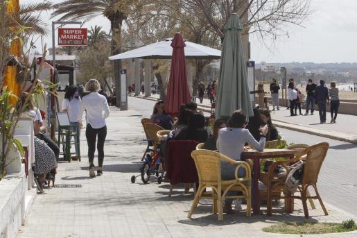Varias personas en la terraza de un bar en Palma.