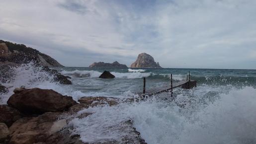 Los islotes de Es Vedrà y Es Vedranell constituyen una de las panorámicas favoritas de Ibiza.